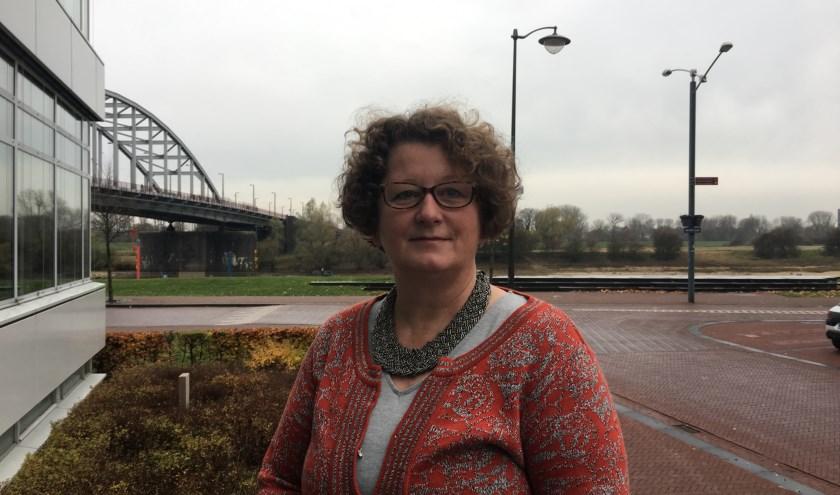 Roelie van der Weide, projectleider Sociale Ontwikkeling voor het kantoor van Volkshuisvesting in de Kadestraat te Arnhem