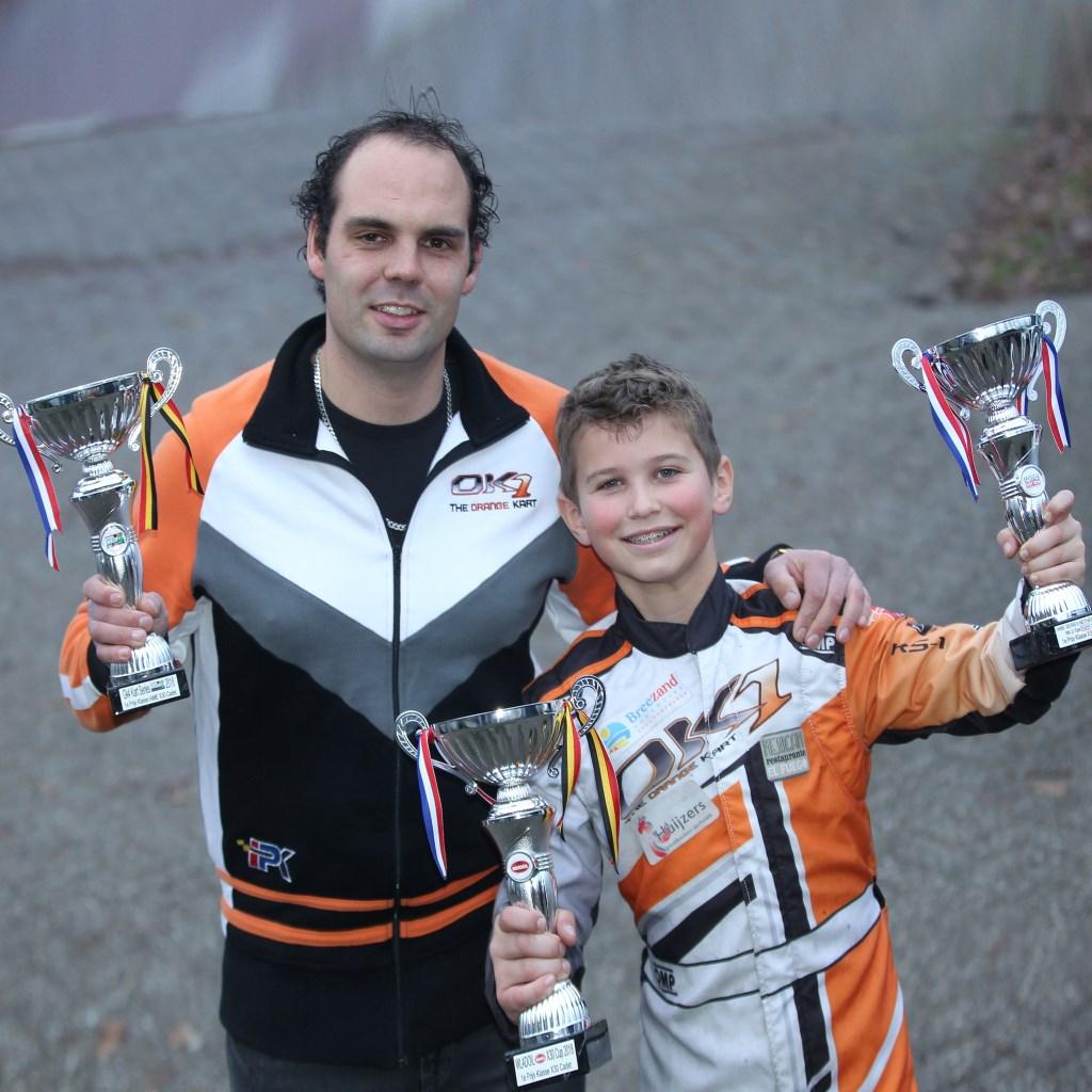 Drie bekers voor Youri Bonte hier met teambaas van OW Karting. FOTO PR