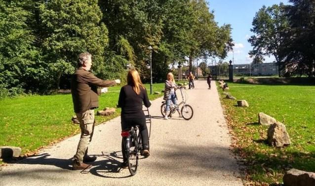 Onder begeleiding van fietsdocenten leren fietsen. Foto: Welzijn Stichtse Vecht