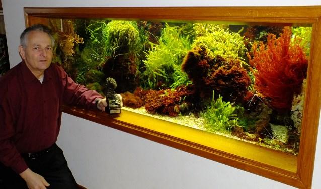 Piet Hectors en zijn prijs bij het zeeaquarium.