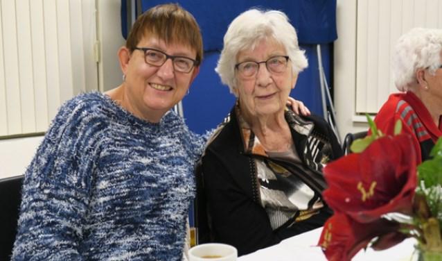 Mevrouw Melse met vrijwilligster Joke Verkerk.