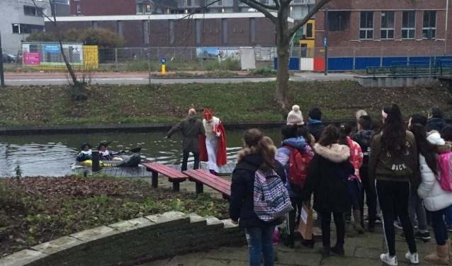 Voorzichtig komt de Sint uit het bootje gestapt waarna hij begroet kan worden door de leerlingen van de school. (Foto: Marjolein Lagerweij)