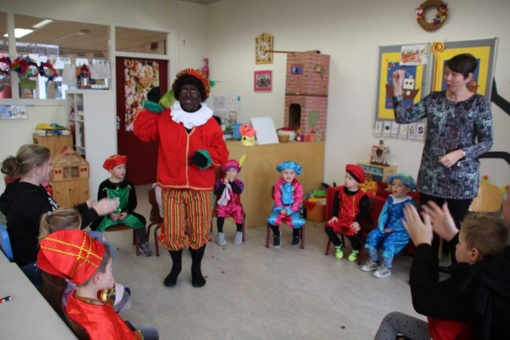 Piet was net binnen en begon met juf Annette te zingen Foto: Betty Hölscher © Persgroep