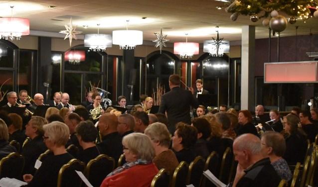 Harmonie Sint-Jan onder leiding van Egbert van Groningen bij de Volkskerstzang op woensdag 19 december. Foto: Jolien van Gaalen.