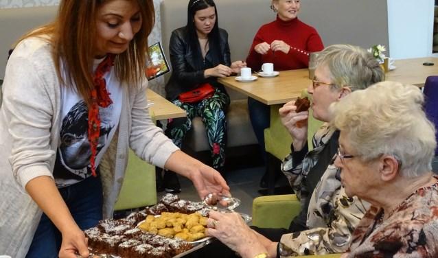 Een koekje of gebakje uit Marokko of Turkije ging er wel in bij de bewoners van De Wulverhorst. (Foto: Margreet Nagtegaal)