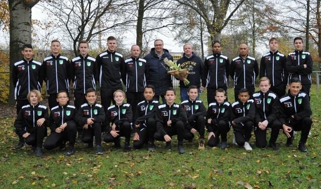 Zowel de spelers als de begeleiders en trainers werden in het nieuw gestoken (Foto: PR)