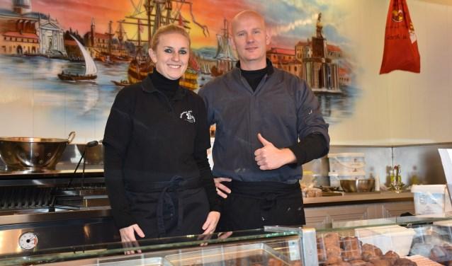 Dikkie Kers en Ramona Sluis staan voor hun klanten klaar in de Hollandse Gebakkraam op de vaste plek naast de Grote kerk in Schoonhoven.