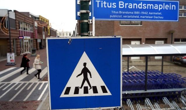 Eén van de drie naambordjes die aangeeft dat Titus Brandsma in Boxmeer is vereeuwigd. (foto: Tom Oosthout)