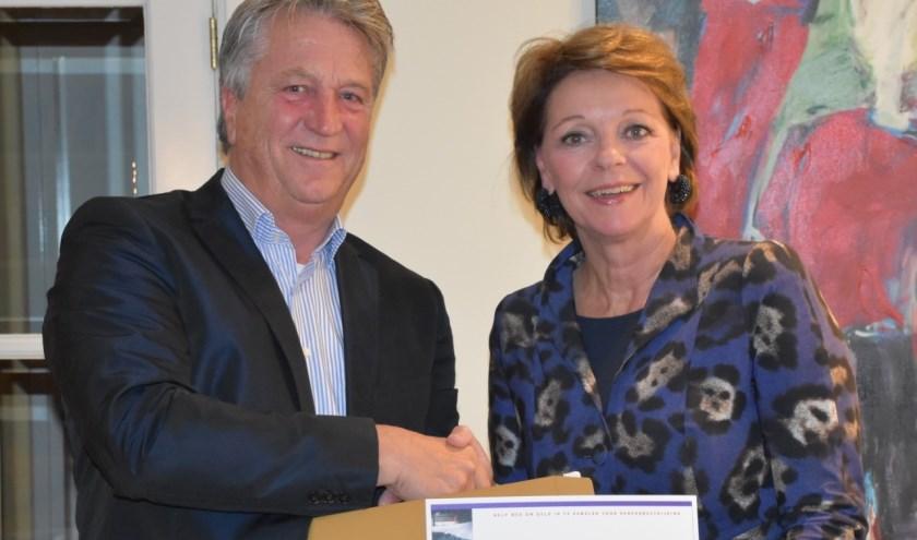 Rene van Luytelaar (links) bestuurslid en rechts burgemeester Elly Blanksma, ambassadeur van de SamenLoop.