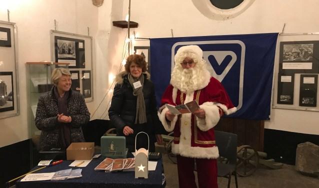 de medewerkers van de vvv kunnen rekenen op de steun van de kerstman tijdens de verlichte