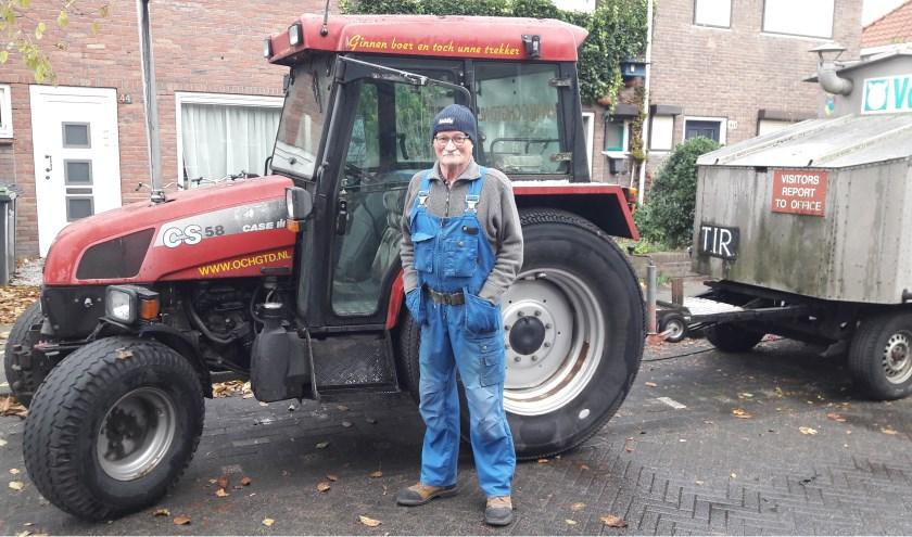 Frans voor zijn tractor. (foto: indebuurt.nl).