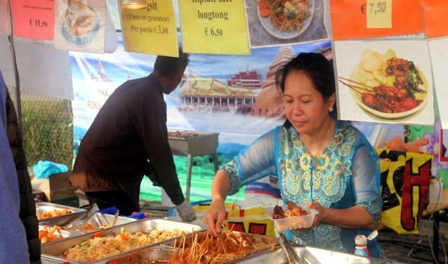 Heerlijk smullen van de vele eterijen en lekkernijen tijdens de Pasar Mundial