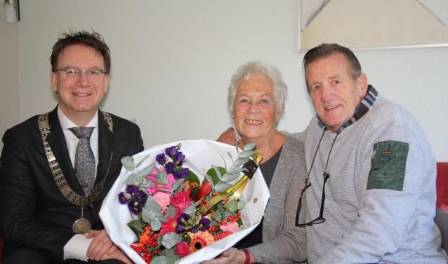Het bezoek van burgemeester Van Domburg kwam voor het gouden paar Lenie en Chris Janssen echt als een volslagen - maar leuke - verrassing. (Foto: Lysette Verwegen)