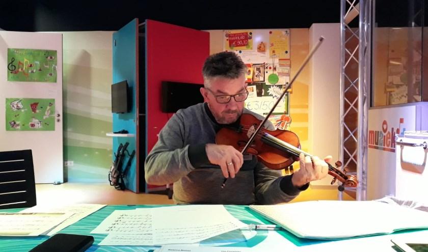 John speelt viool en doet dat af en toe ook voor deze patiënten.