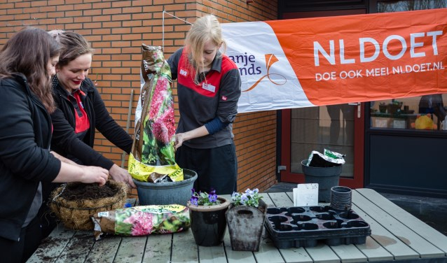 Medewerkers van Dirk van den Broek fleuren de tuin op bij de Twentse Zorgcentra tijdens NLdoet 20 maart 2018. Foto: Marion Nijhuis