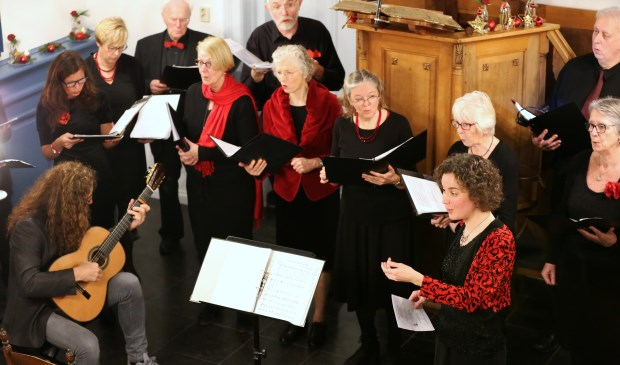 Sfeervolle kerstliederen door LingeVocaal en klassiek gitaarspel van Kees Walravens. Foto: Peter van Meurs