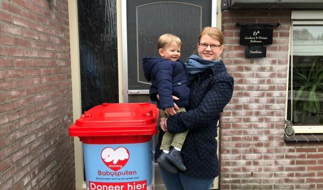 Mirjan Bultman-Wessel hield spullen over waar haar zoontje uit groeide, maar kon die niet in deze regio inleveren. Nu kan dat bij haar thuis.