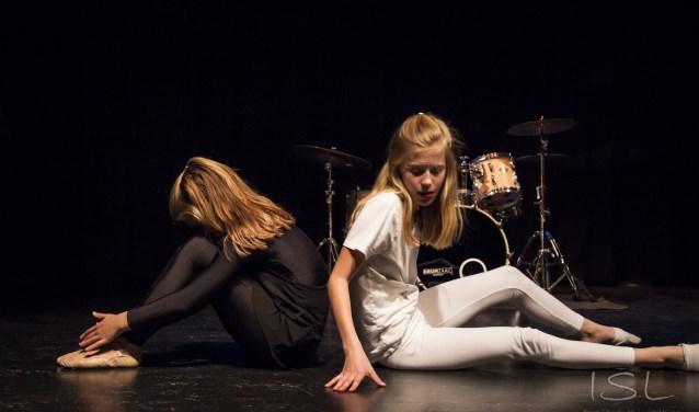 Dansvriendinnen Iris en Sophie dansen samen in de voorstelling SHOW van theater Orpheus. (foto Imre Stuifmeel)