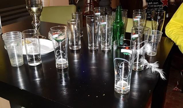 Om de lege glazen op te halen moesten wij hossend de menigte door, maar al gauw werd duidelijk dat we geen glazen meer hadden.