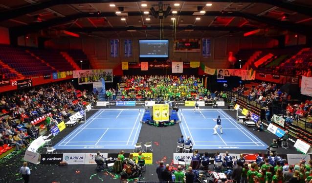 Overzicht van de zaal bij Maaspoort Sport & Events; badminton in actie. De kaartverkoop voor de landelijke finale van de badmintoncompetitie Eredivisie verloopt via badminton.scoorjeticket.com.