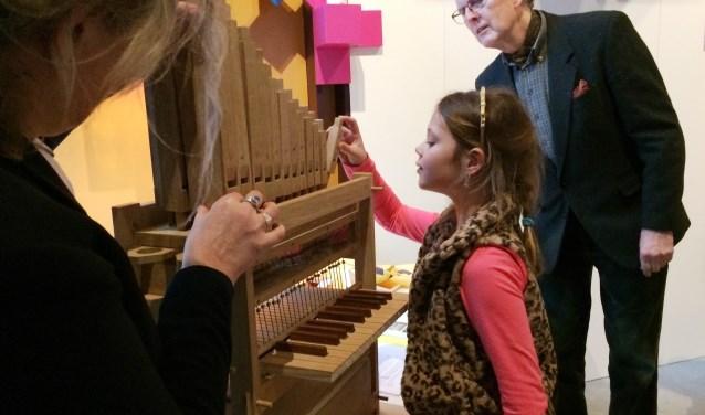 Wethouder José Oosthoek, Felien Lipke en conservator Eelco Elzenga bij het 'doe-orgel'