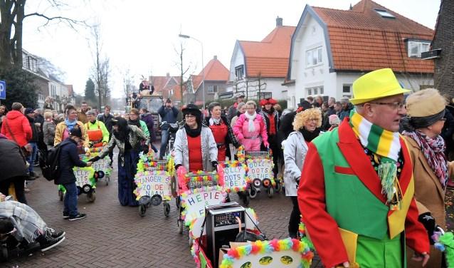 De carnavalskarvaan baande zich een weg door het dorp met als eindpunt het Europaplein. (foto: gertbudding.nl)