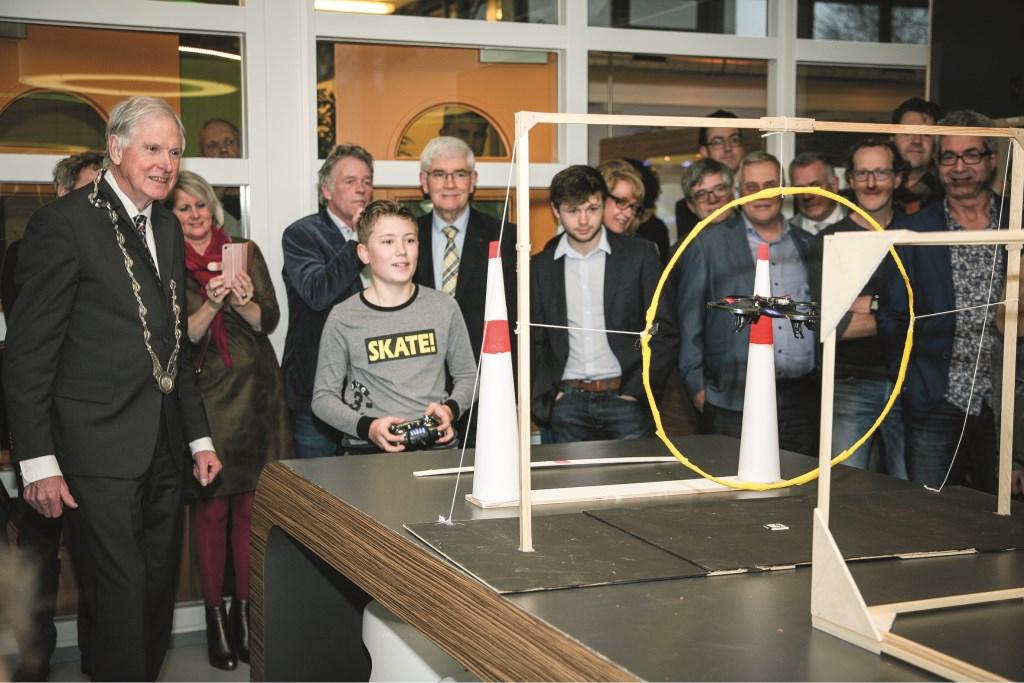 Wethouder en locoburgemeester Sjef van Groningen en een leerling  tijdens de openingshandeling.