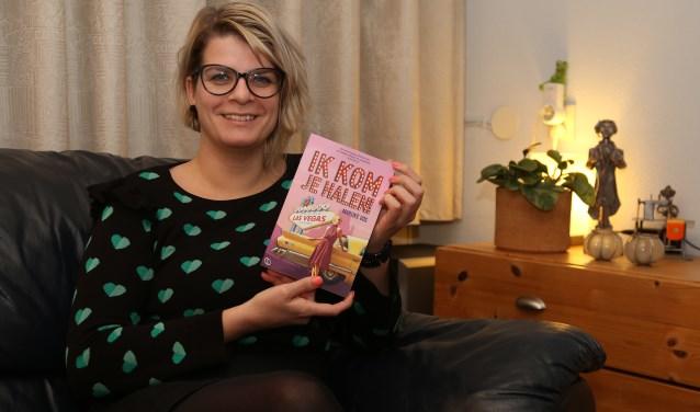 Marijke Vos is trots op haar uitgave 'Ik kom je halen'. (foto: Marco van den Broek)
