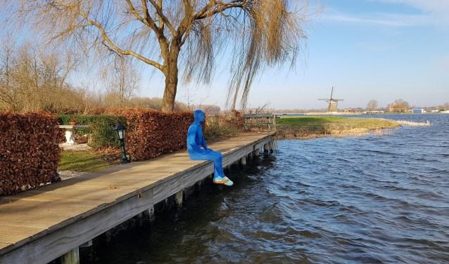 Hier zit het blauwe mannetje aan de Rotte bij Retraiterie Rottemeren. Hij dook ook op bij zeilschool Wavie en ging de Skiberg af.