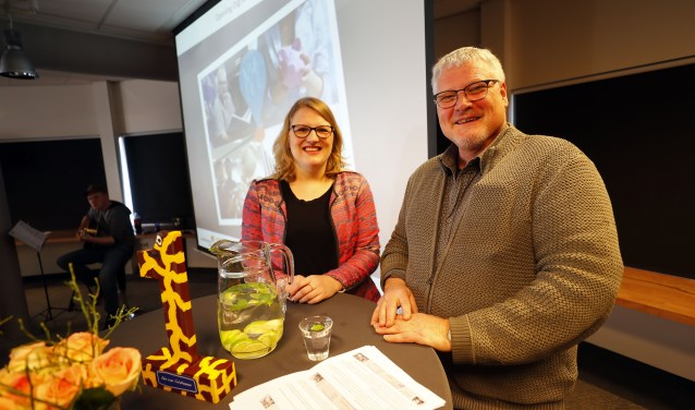 Talkshowhost Simone Middel met naast haarr Toon Heijms, taalambassadeur ABC. FOTO: Bert Jansen.
