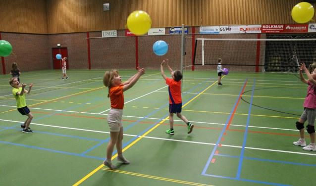 De leerlingen kregen allemaal een ballon om het smashen te oefenen.