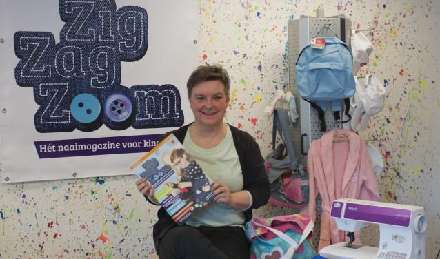 Anita van der Vlist lanceerde op de Handwerkbeurs in Zwolle de eerste editie van ZigZagZoom, het naaimagazine voor kinderen. (Foto: Hetty Heijne)