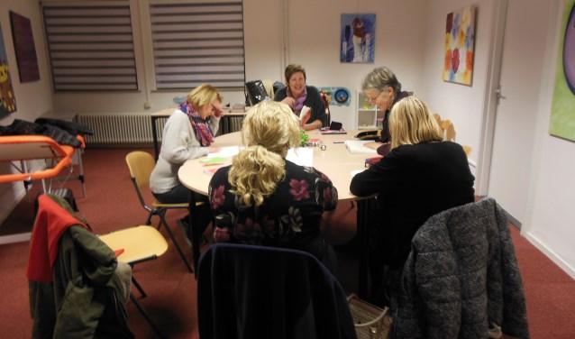 Iedere maandagavond komt een groepje mensen bij elkaar in wijkcentrum 't Sant om samen boeken te lezen. Vrijwilligers Els en Riekie begeleiden de Meeleesclub. foto: Riekie Bax