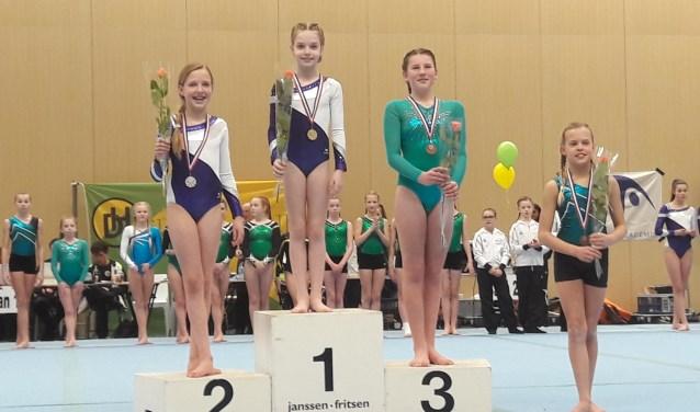 Districtskampioene Demi de Witte en winnares van het zilver Rosanne Stam. (Foto: Ineke van der Vliet)