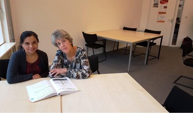 Janny helpt Dayana met de Nederlandse taal en cultuur. Foto: Ingmar van den Berg