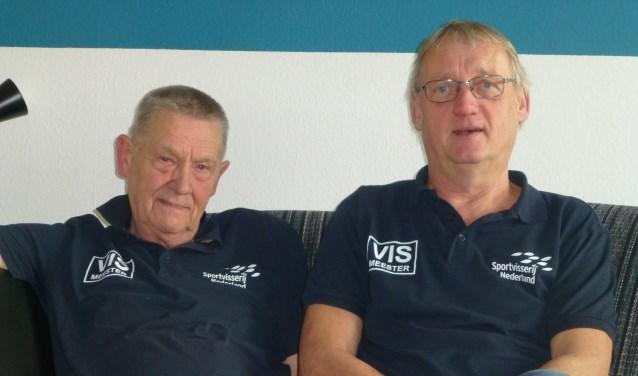 Piet Andriessen (78) en Bas de Wit (61) vissen al van jongs af aan. Ze vinden het leuk om het enthousiasme voor vissen over te brengen op kinderen.