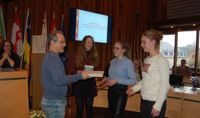 Amber kreeg de prijs uit handen van juryvoorzitter Bart Lauret.