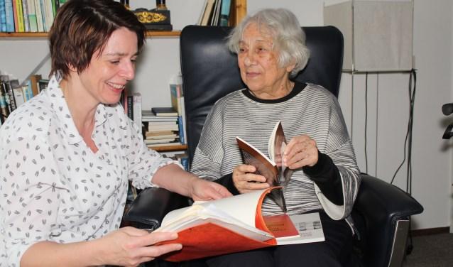 """Wies van Groningen (88) vertelde Mariola Dirkzwager over haar koloniale verleden en haar boeken. Ze stelden de lezing samen die Wies op 15 februari gaat geven in de bibliotheek voor jonge en oudere belangstellenden: """"Verhalen die verteld moeten worden."""" (Foto: Lysette Verwegen)"""