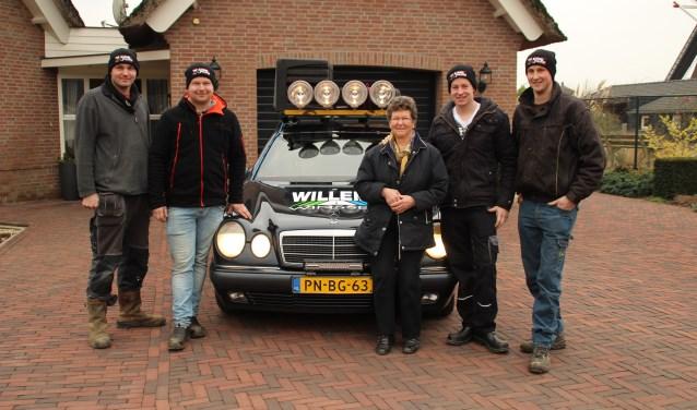 Mien Willems geeft Rob, Ralph, Bert en Luuk haar auto voor de Barrel Challenge. De mannen zijn er blij mee, zij staan te popelen om op avontuur te gaan. Inmiddels zijn ze alweer thuis. FOTO: Veronique Willems