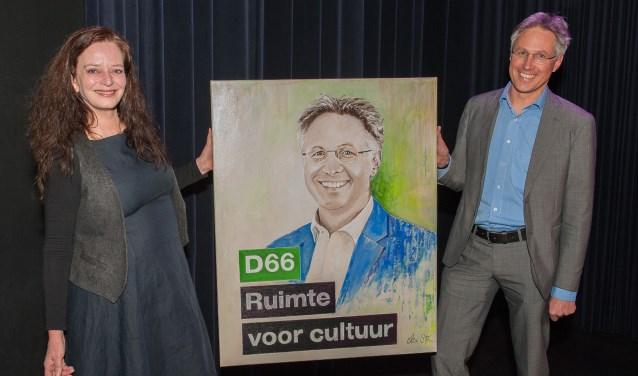 Els van Stratum overhandigt haar schilderij aan Hans Mieras D66 De Bilt. FOTO: Hans Lebbe
