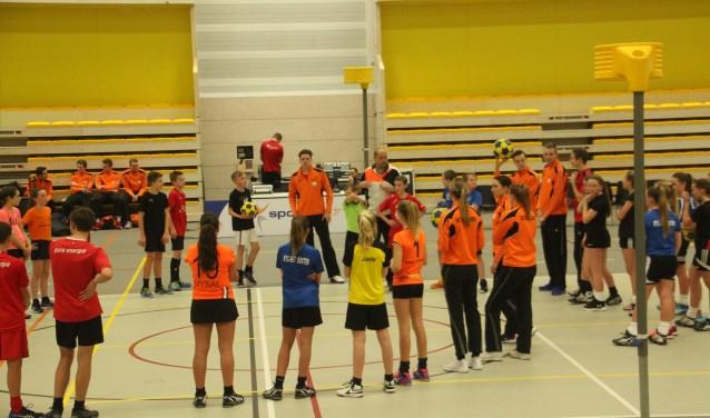De jonge korfballers genoten met volle teugen van de clinics van Leon Simons
