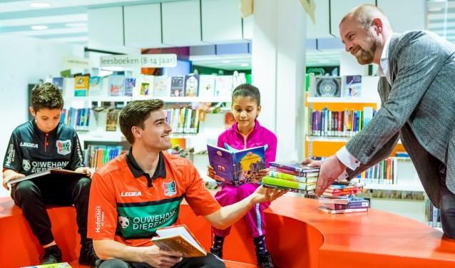 NEC-voetballer Ted van de Pavert 'scoort' boeken. (Foto Marcel Krijgsman)