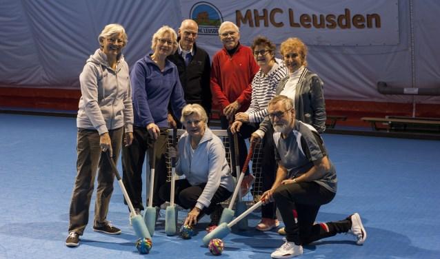 De  leden van de fithockeyclub kunnen in de wintermaanden trainen in 'De Schammerdome', de blaashal van de Mixed Hockey Club Leusden. (Foto: Hetty Heijne)