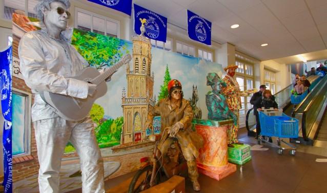 De carnavalsgroep Kant Noch Wal van Zet 'm Op bij supermarkt Albert Heijn in Elst. De groep trad als standbeelden op tijdens de pronkzittingen. Uitgebeeld worden Elvis Presley, Napoleon en Vincent van Gogh. Elster Tinus completeert her kwartet. (foto: Kirsten den Boef)