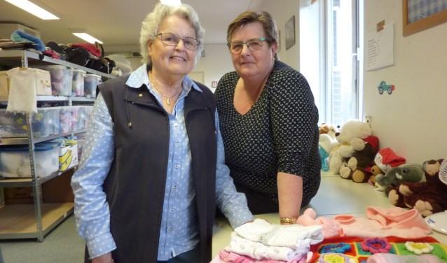 """Marja Prins (links) en Stien de Klein van de Babybullenbank: """"Negen van de tien mensen zijn dankbaar. Eén keer vond een vader dat hij niet bij zijn vrouw aan kon komen met een róde kinderwagen."""" (Foto: Magda de Vetten)"""