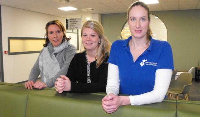 Leonie Kleissen, Maaike Aarnink en Wies Karssenberg in het nieuwe gezondheidscentrum De Bouwmeester. De voormalige bieb is verbouwd en de eerste zorgverleners hebben hun intrek al genomen.