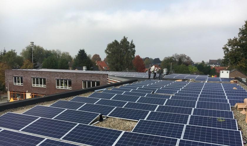 Op het dak van het Collage liggen 275 panelen. Zij wekken genoeg stroom op voor 25 huishoudens met een gemiddeld jaarverbruik.