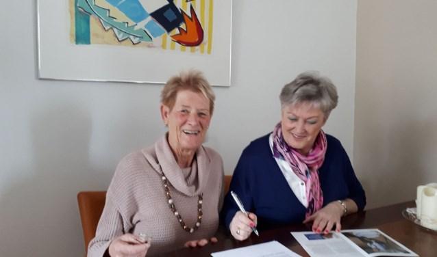 Gerda Veltman (links) en Corrie de Kuijer willen graag de telefooncirkel uitbreiden. Foto: Louise Mastenbroek.