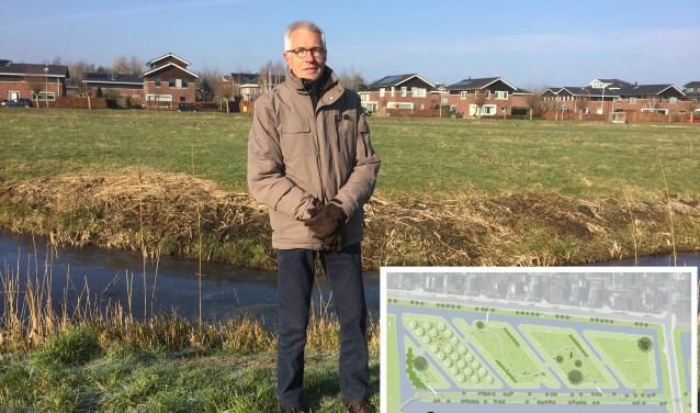 Hans Krüse bij De Groene Vinger waar zeer binnenkort een bijentuin wordt aangelegd. FOTO: Anke Steffers. Illustratie: De plannen in beeld. BRON: Gemeente Alphen aan den Rijn