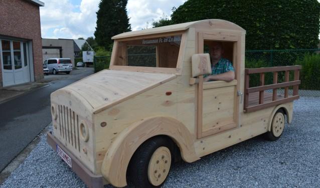 De Modelbouwshow toont een volledig houten auto, die ook nog  kan rijden. FOTO: PR MODELBOUWBEURS